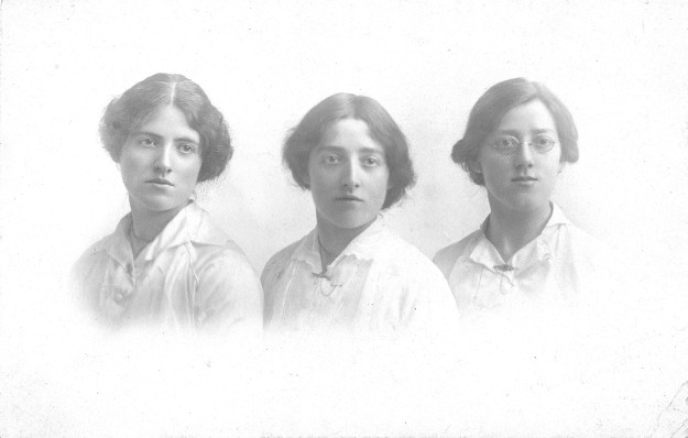 Sisters Dora, Lizzie and Mary Gilhome